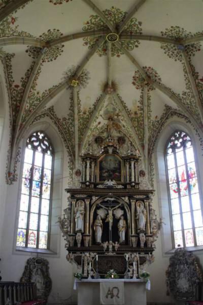 Der Blick zum Altar mit den wunderschönen bunten Fenstern in der Bergkirche in Schleiz