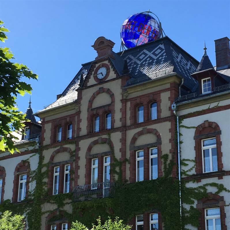 Pausa oder die Reise zum Mittelpunkt der Erde - Rathaus mit Globus