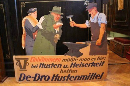 alte Werbeschilder im Drogeriemuseum in der Löwendrogerie in Oelsnitz
