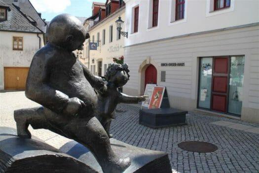 Ausflugsziel im Vogtland: Das Erich Ohser Haus in Plauen mit der Galerie e.o.plauen. Vor dem Haus steht die Vater und Sohn Bronze von