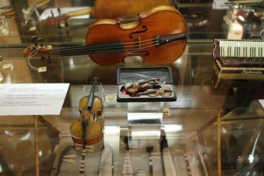 Die Ausstellung im im Musikinstrumentenmuseum zeigt auch zahlreiche kuriose Instrumente - Ausflugstipp Markneukirchen im Vogtland