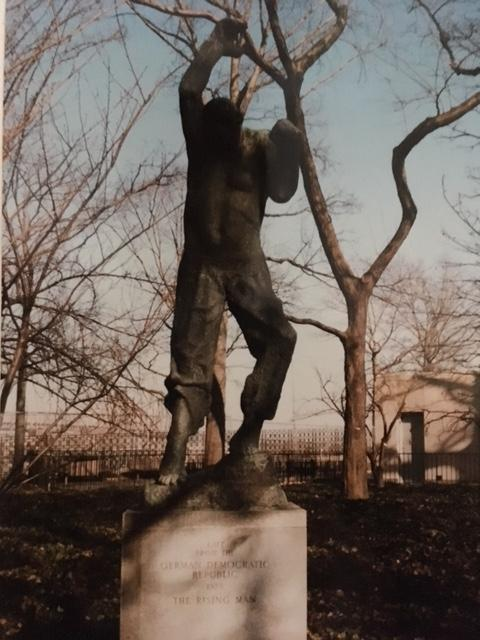 the Raising Man von Fritz Cremer im Park der UN in New York