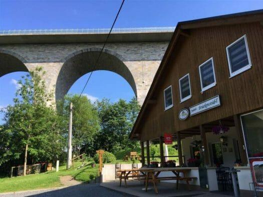Elstertalbrücke Pirk im Vogtland mit Einkehrmöglichkeit in Judiths Brückenstübl