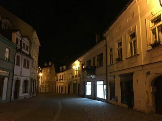 Blick auf die Gassen von Loket bei Nacht - Ein Ausflug nach Loket bei Karlsbad in Tschechien