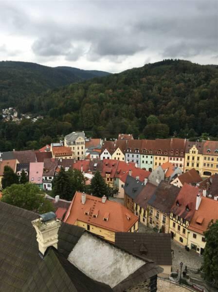 Wunderbarer Ausblick von der Burg Loket auf die kleine Stadt an der Eger