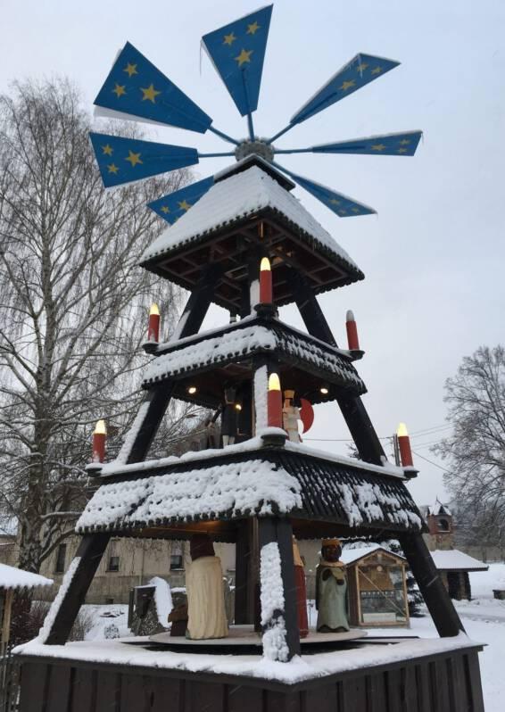 Die verschneite Ortspyramide in Wildenau
