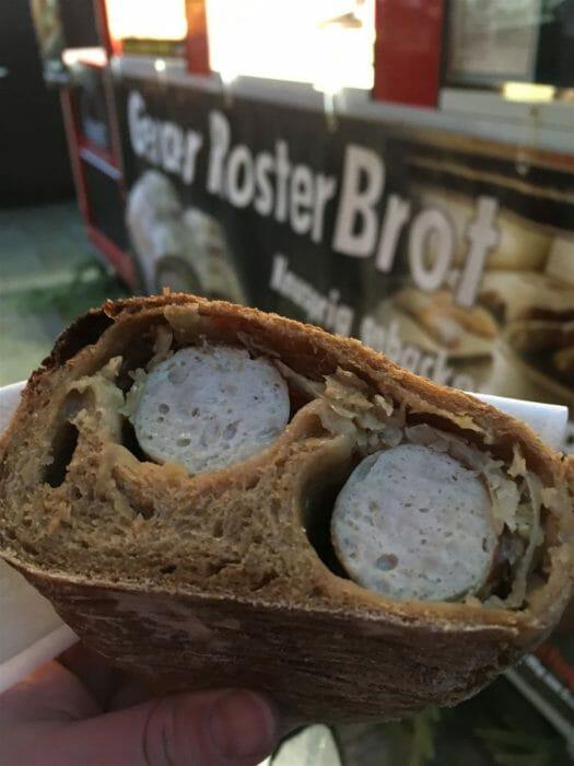Köstliche Leckereien auf dem Märchenmarkt in Gera: Roster im Brot gebacken