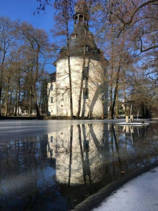 Die Kapelle in Kauschwitz liegt idyllisch an einem kleinen Teich