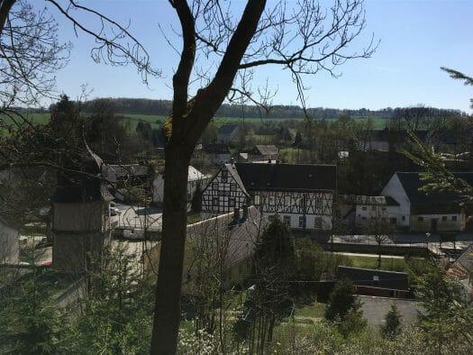 Aufstieg zur Burgrune Wiedersberg und Blick auf den Ort