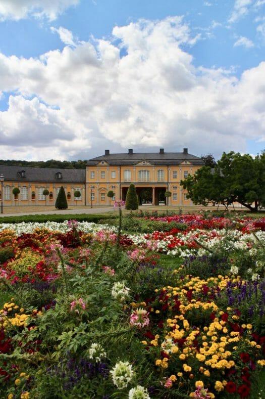 Blumenbeete vor der Orangerie in Gera im Küchengarten