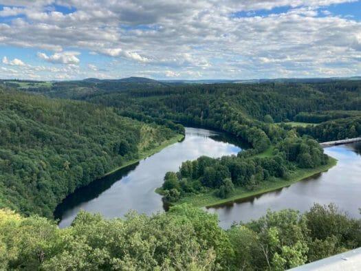 Blick vom Saaleturm Richtung Saaleschleife und Talsperre Burgkammer