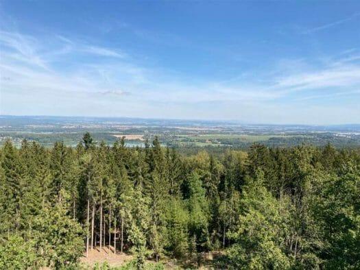 Aussichtspunkt - toller Blick auf den Kamm des Vogtlands und ins Erzgebirge mit Franzensbad im Vordergrund