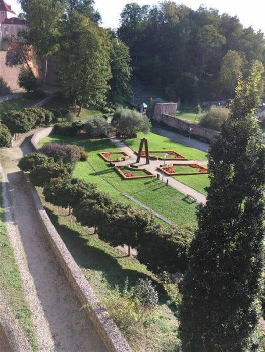 Blick auf den Park von Cheb (Eger) unterhalb von Stadtmauer und Kaiserpfalz mit Burg
