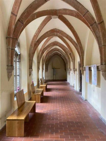 Kreuzgang im Franziskanerkloster mit Klostergarten in Cheb (Eger) - zahlreiche gut erhaltene Kirchbauten laden zum Besuch ein