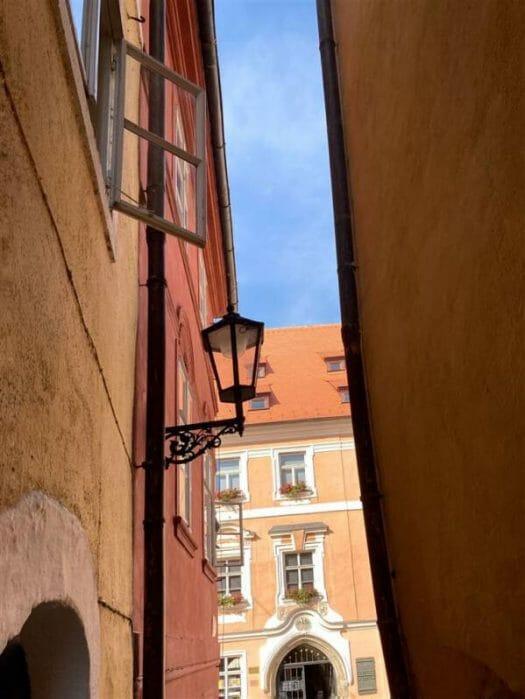 Blick auf das Stöckl, historische Gasse am Marktplatz von Cheb (Eger)